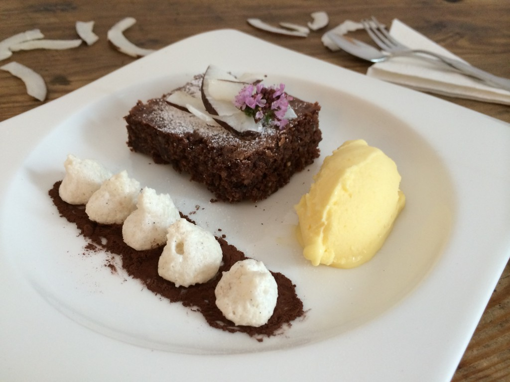 Kokos-Brownie mit Mango-Eis
